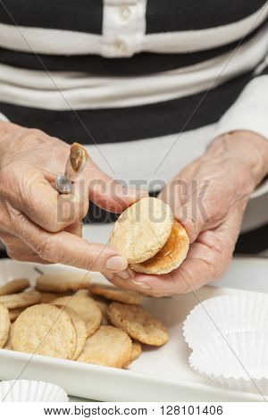 Cookies preparation : Filling cookies with caramelised milk