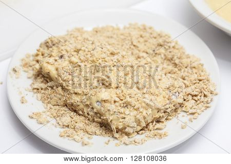 Cordon bleu preparation : Breading a cordon bleu - adding crumbled cracker