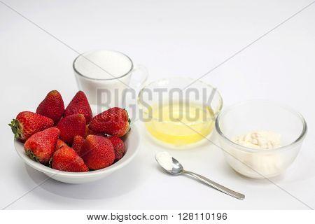Meringues preparation : Ingredients to prepare meringues with strawberries
