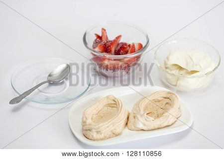 Meringues preparation : Filling the meringues with strawberries and cream