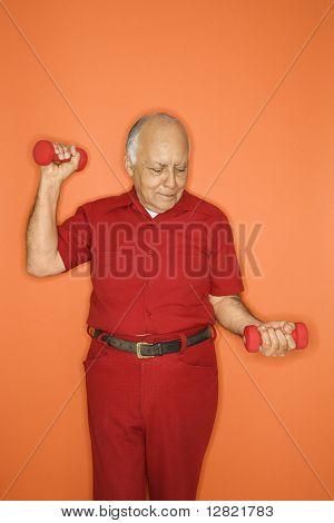 Ältere Erwachsene europäisch männliche hebende Trainingshanteln.