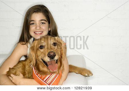 Caucasian Heranwachsender Mädchen mit Golden Retriever Hund.