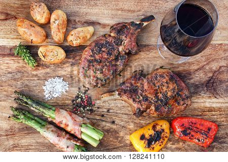 Grilled pork cutlets with vegetables and wine