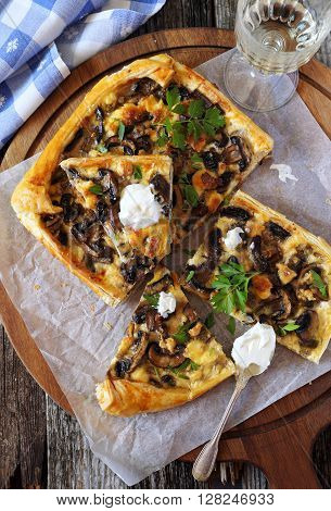 Mushroom tart with cottage cheese and white wine