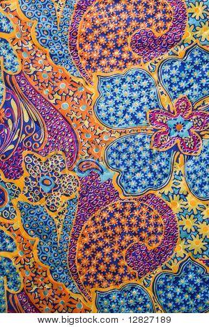 Nahaufnahme der bunten Vintage Stoff mit Blumen und Formen gedruckt auf Polyester.