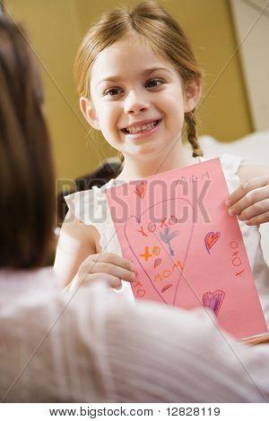Caucasian Mädchen Mitte Erwachsene Mutter einer Zeichnung.