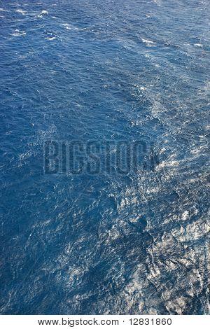 Blaue wellige Wasser des Pazifischen Ozeans.