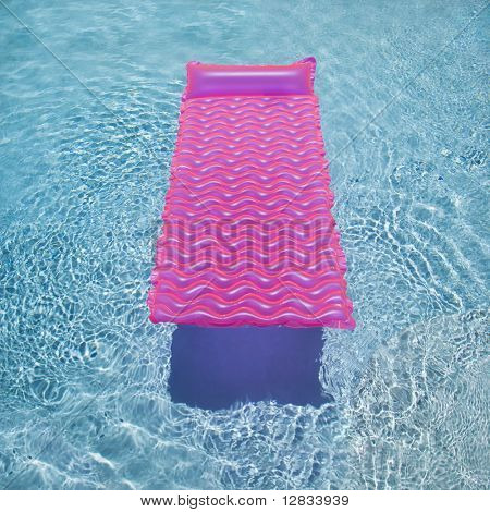 Flotador de salón rosado en la piscina vacía.