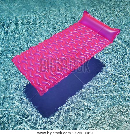 Rosa flotar en la piscina vacía con ondulación azul piscina.
