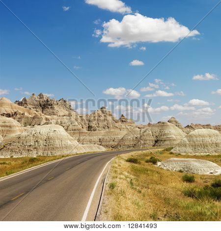 Carretera escénica en el Parque Nacional Badlands, Dakota del norte.