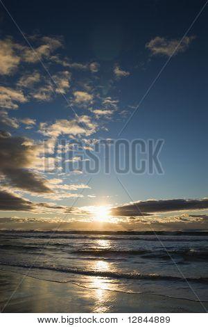Cumuluswolken bei Sonnenuntergang über Ozean in Surfers Paradise, Australien.