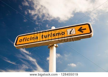 Tourist info sign in spanish