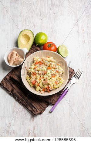 pasta with tuna avocado and fresh tomatoes