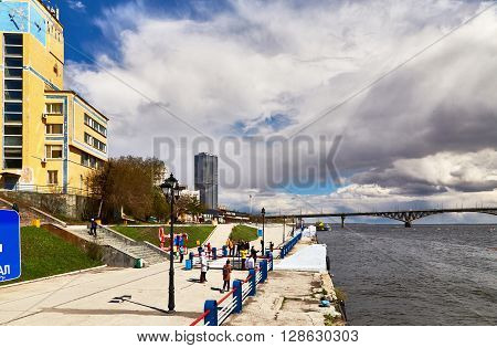 Saratov, Russia - 23 april 2016: Fragment of the embankment of Saratov and the bridge through river Volga
