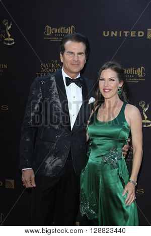 LOS ANGELES - APR 29: Vincent De Paul, Kira Reed Lorsch at The 43rd Daytime Creative Arts Emmy Awards Gala at the Westin Bonaventure Hotel on April 29, 2016 in Los Angeles, California