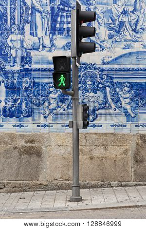 Traffic Light In Front Of A Typical Portuguese Decorated Wall