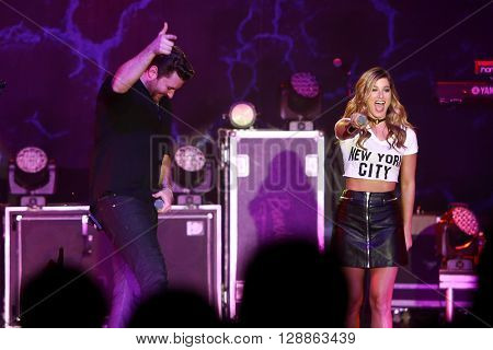 NEW YORK-FEB 25: Singers Chris Young (L) and Cassadee Pope perform onstage at the PlayStation Theater on February 25, 2016 in New York City.