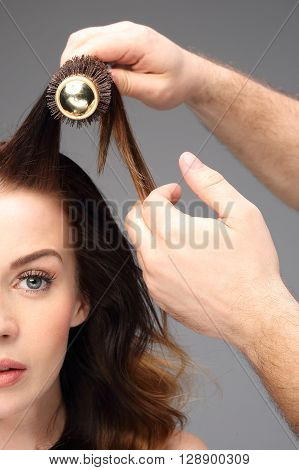 Round brush, lifting the hair at the root