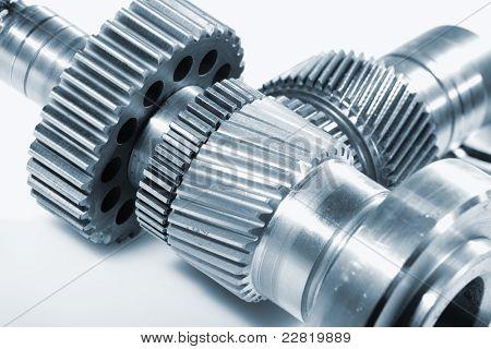 engranajes aeroespaciales de titanio contra fondo claro, ideal para aislamientos