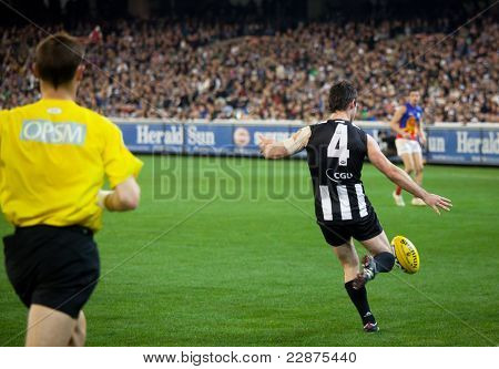 MELBOURNE - AUGUST 20 : Collingwood's Alan Didak in action during their win over Brisbane - August 20, 2011 in Melbourne, Australia.