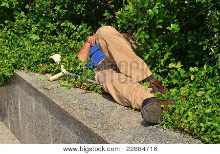 Betrunken oder Obdachlose Person schlafen in der Nähe von Pflaster