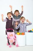 Постер, плакат: Дети играют с игрушками