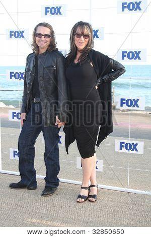 LOS ANGELES - 5 de AUG: Kurt Sutter, Katey Sagal, llegando a la fiesta de FOX TCA verano 2011 en Gladston