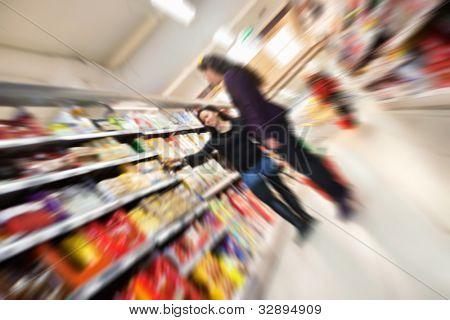 Foto de desenfoque inclinado de compras en tiendas en centro comercial