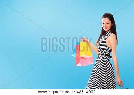 Uma foto de uma mulher com sacos de compras ao ar livre