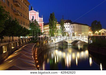 Ljubljana in der Nacht, mit der Triple bridge Slowenien