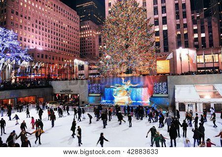CIDADE de nova YORK, NY -DEC 30: pista de Patinação do Rockefeller Center à noite, em 30 de dezembro de 2011, C de New York
