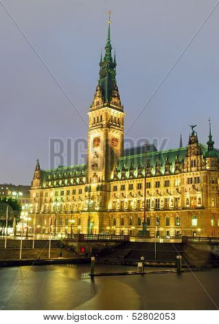 Hamburgs townhall at night