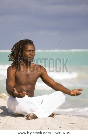Hombre de yoga en Cuba