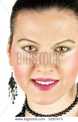 Rosto de mulher sorrindo com dentes brancos grandes