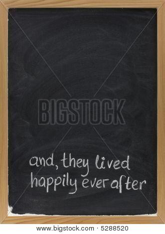Frase de final feliz do conto de fadas no quadro-negro