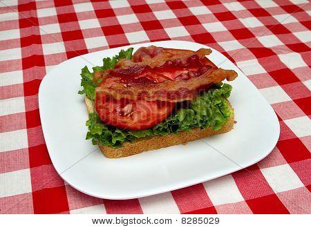 Speck, Salat und Tomaten auf Brot machen ein blt