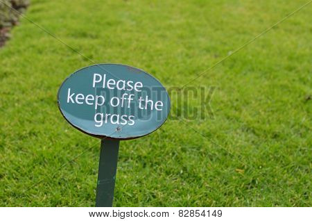 Please keep off the grass sign.