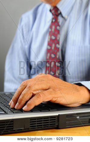 Close-Up de mãos e computador