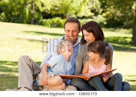 Família olhando para seu álbum de foto no Parque