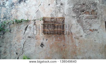 La antigua jaula de madera en la pared