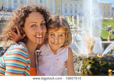 Filha com mãe perto de fontes de Peterhof, São Petersburgo, Rússia