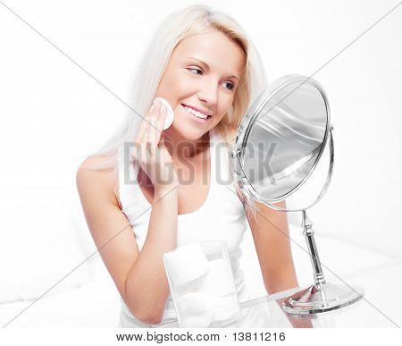 Frau mit Wattepads