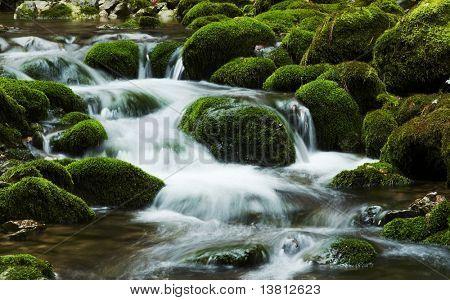 Wasserfall-Bewegung auf dem Stein Hintergrund