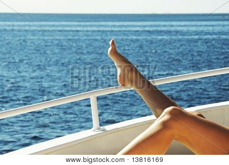 Mujer relajante en el yate en el mar