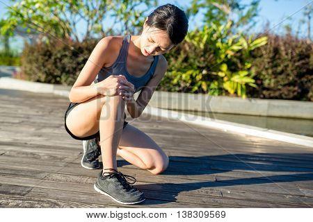 Woman getting injury on knee