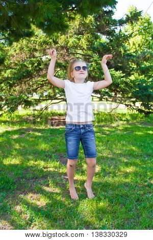 Photo of dancing girl in sunglass with sore knee