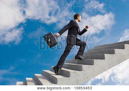 Imagen del empresario seguro con maletín caminar arriba