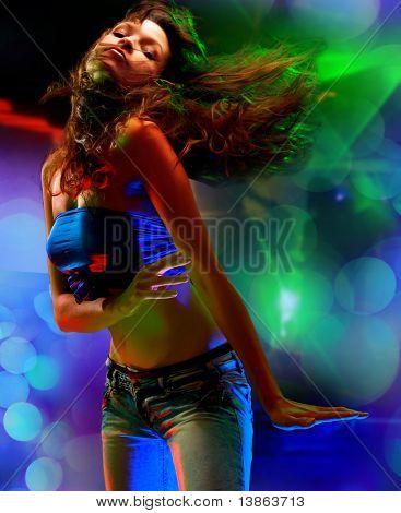 Bella joven bailando en la discoteca