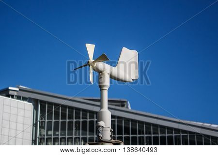 Close up of the anemometer on top of the pole