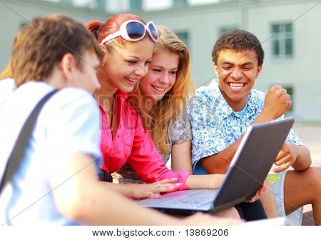 Closeup of happy young Friends mit laptop